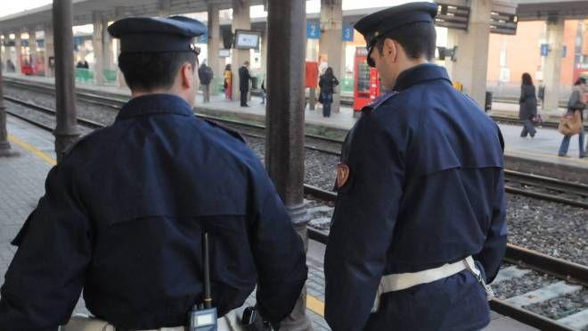 Polizia lungo i binari (foto d'archivio)