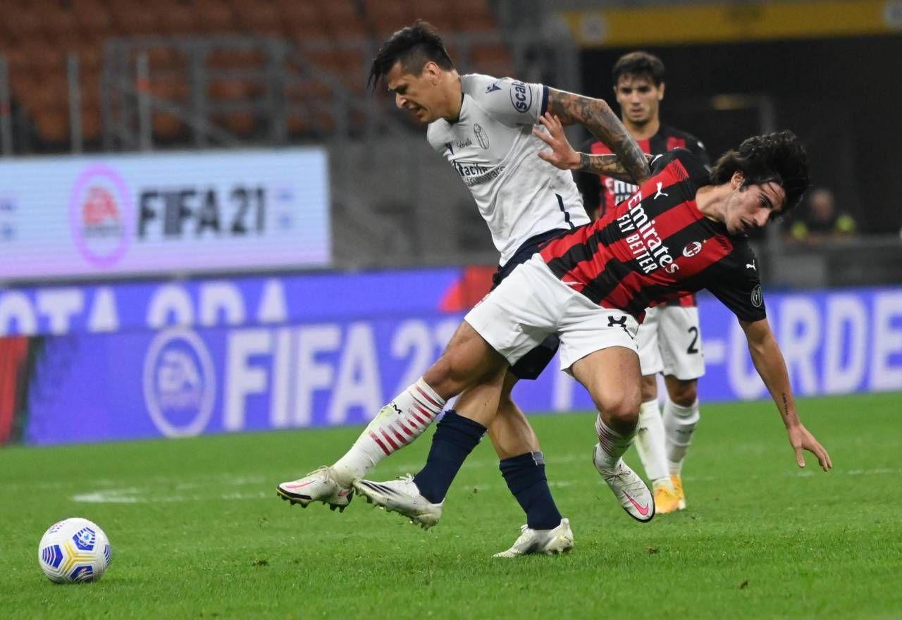 L'attaccante Federico Santander in azione contro il Milan a San Siro