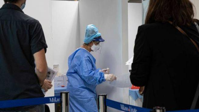 Coronavirus, tamponi all'aeroporto di Linate a Milano (Ansa)