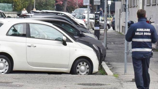 Ausiliario della sosta al lavoro per le strade di Como