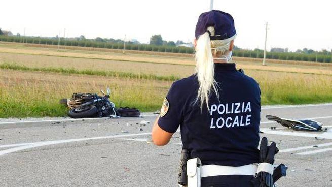 La moto a terrae l'agente di polizia sul posto