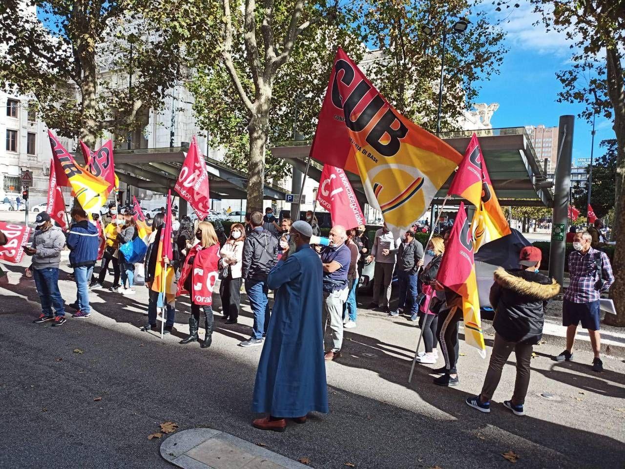 Manifestazione dei lavoratori della società esterna davanti allo storico hotel