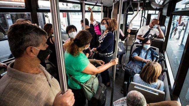 Pendolari e studenti su un autobus