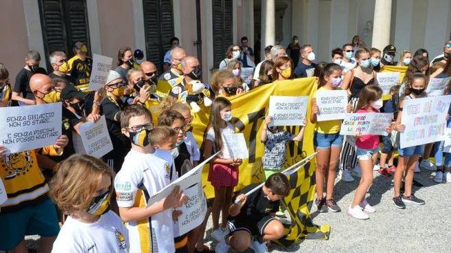 La recente manifestazione di tifosi e piccoli atleti del ghiaccio in municipio