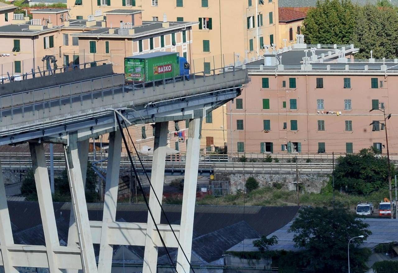 Nel crollo del ponte Morandi a Genova, il 14 agosto 2018, morirono 43 persone. Sotto, il ministro dei Trasporti, Paola De Micheli