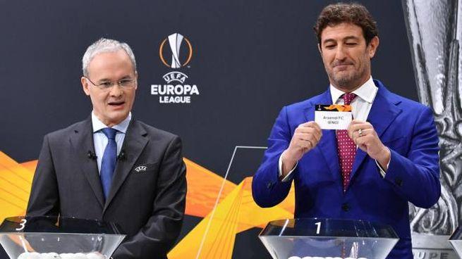 Ciro Ferrara ha estratto i bussolotti della Europa League (Ansa)