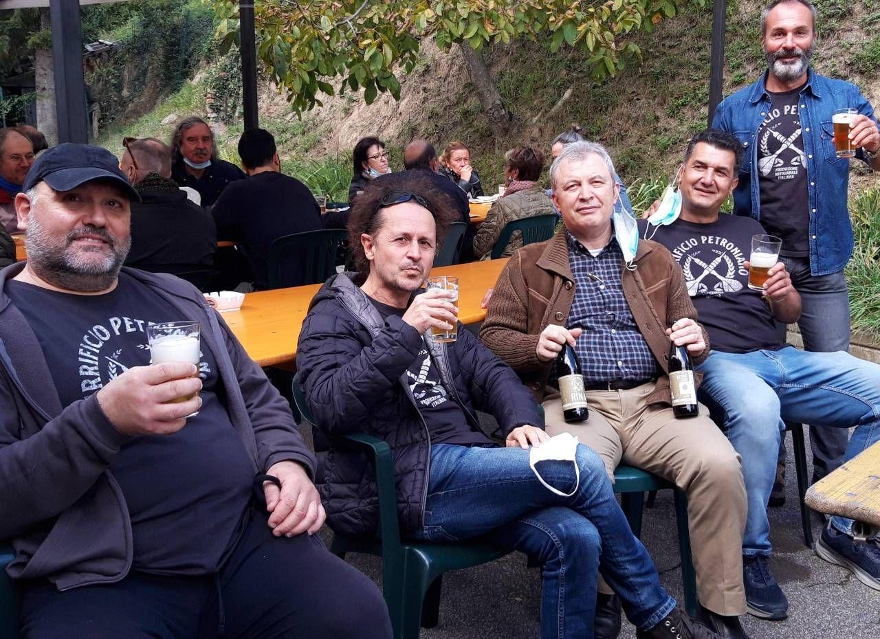 l mastro birraio Nicola Soverini e l'altro titolare del gruppo Mirco Friso, con Danilo Masotti e il presidente dell'associazione panificatori Graziano Bottura