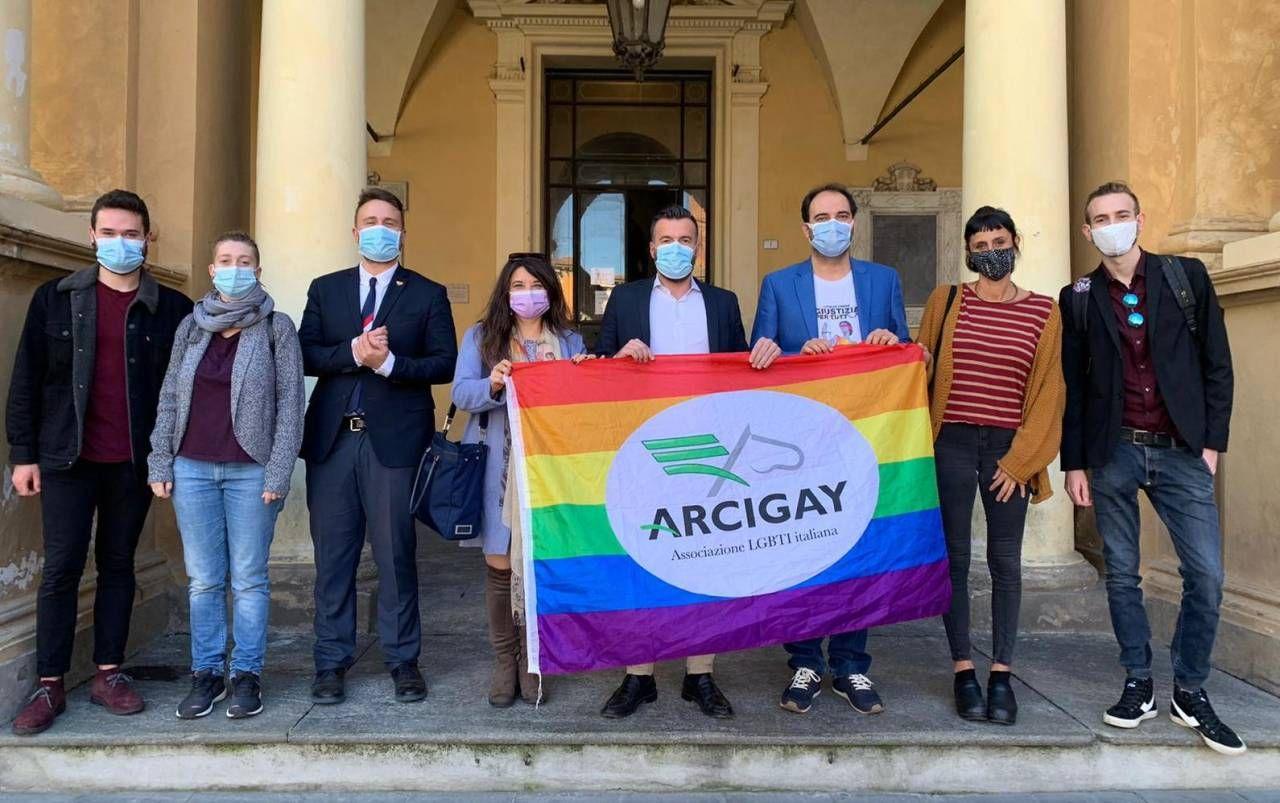Il deputato Alessandro Zan assieme all'assessore Rabitti, i consiglieri comunali e i membri dell'Arcigay