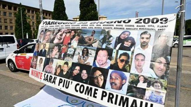 Uno striscione con i volti delle vittime di Viareggio