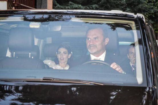 Federica Fumagalli in auto dopo il matrimonio con Luigi Berlusconi (Ansa)