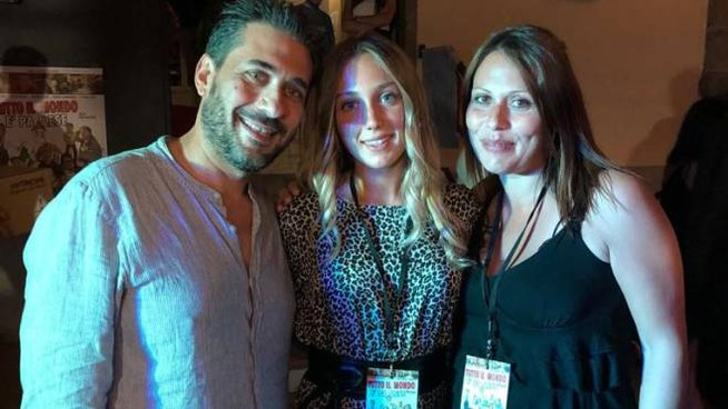 Guada Bartoccioni (al centro) con il regista Dado Martino e Corinna Lenoci