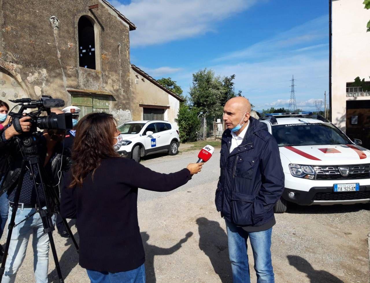 Il sindaco Gabriele Toti sul luogo dove si è consumato il crimine (foto Germogli)