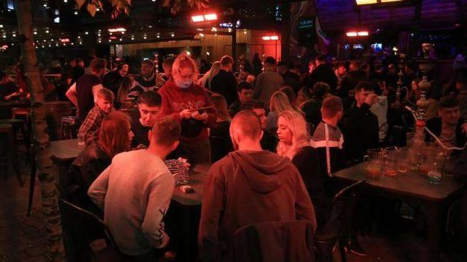 Coronavirus, folla in un bar di Liverpool (Ansa)