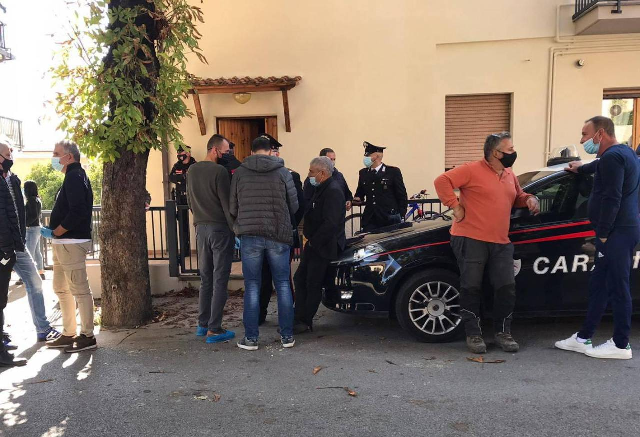 I carabinieri davanti all'abitazione dove si è consumata la tragedia
