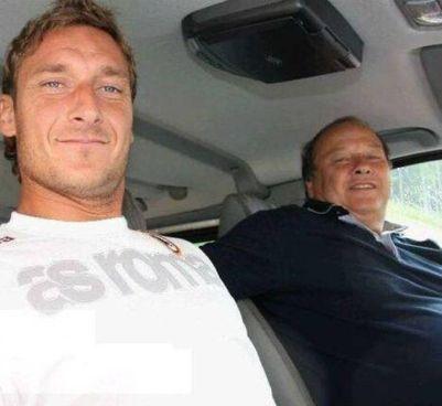 Francesco Totti, 44 anni, assieme al padre Enzo (morto a 76 anni) in una foto di quando giocava con la Roma