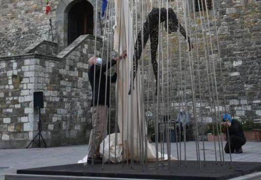 Ecco l'opera esposta nella piazza di Castellina in Chianti