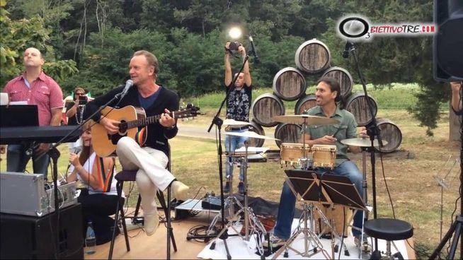 Sting canta sullo sfondo della sua tenuta del Palagio. La canzone è «Message in a bottle»