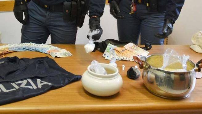 Droga e soldi recuperati dalla polizia in una casa di via Matteotti in centro