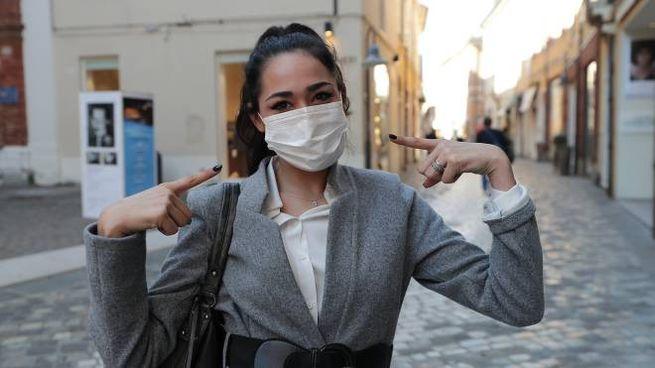 Coronavirus, tra le regole c'è l'obbligo di portare con sé la mascherina (foto Zani)