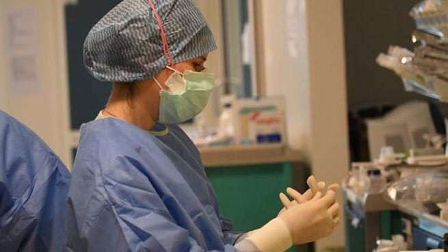 Un'operatrice sanitaria si prepara ad affrontare il turno di lavoro