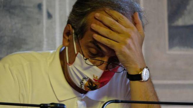 Il sindaco Gian Luca Zattini in consiglio comunale con la mascherina