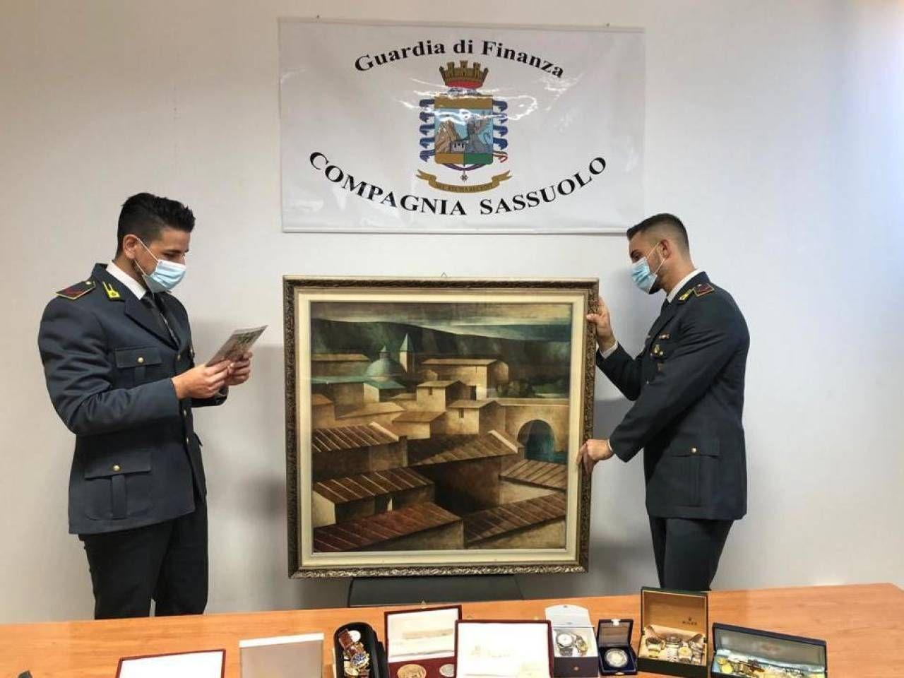 La guardia di finanza mostra alcuni dei beni sequestrati