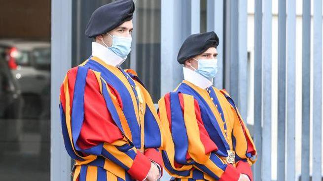 Guardie svizzere con la mascherina anti-Covid (ImagoE)