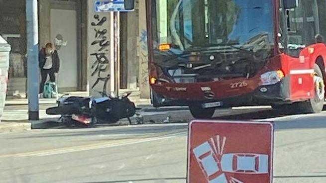 Incidente in via Murri tra un bus e uno scooter