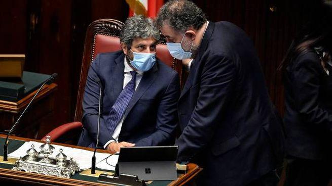 Roberto Fico e Federico Fornaro con la mascherina alla Camera (Ansa)