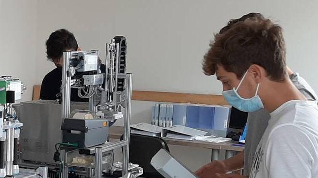 Gli studenti e la macchina inventata