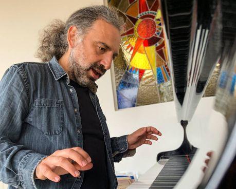 Stefano Bollani, 47 anni, milanese, non è solo compositore e pianista, ma anche scrittore, attore e conduttore televisivo