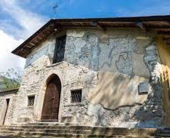 Vandalizzano la chiesa di San Pietro, ora i giovani autori riparano ai danni fatti