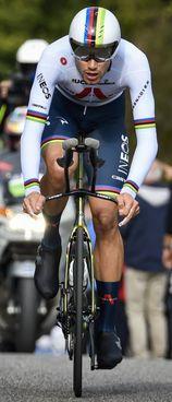 Filippo Ganna, 24 anni, è neo campione iridato a cronometro e in questo Giro d'Italia ha già conquistato tre tappe. Nella foto a destra, Federica Brignone, 30 anni e ieri seconda, e Marta Bassino, 24, vincitrice del gigante di Soelden