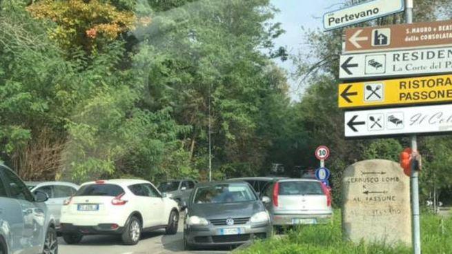 Montevecchia assediata dalle auto (foto di Raffaella Perego da Facebook)