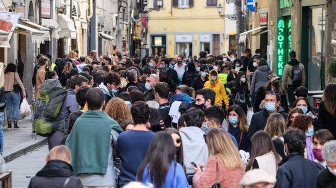 Strada del centro storico di Firenze affollata (New Press Photo)