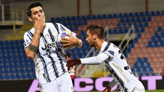 L'esultanza di Alvaro Morata dopo il gol a Crotone (Ansa)