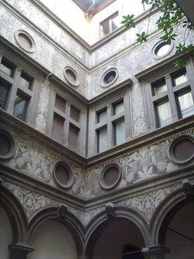 Roberto Casamonti all'interno di Palazzo Bartolini Salimbeni, sede della sua collezione d'arte. A fianco le decorazioni sulla facciata interna