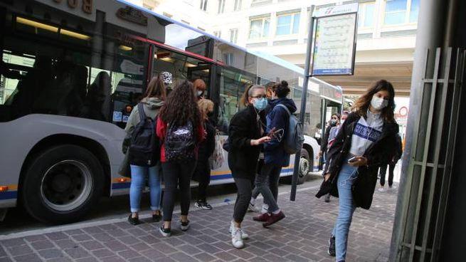 Studenti fuori da un autobus (Crocchioni)