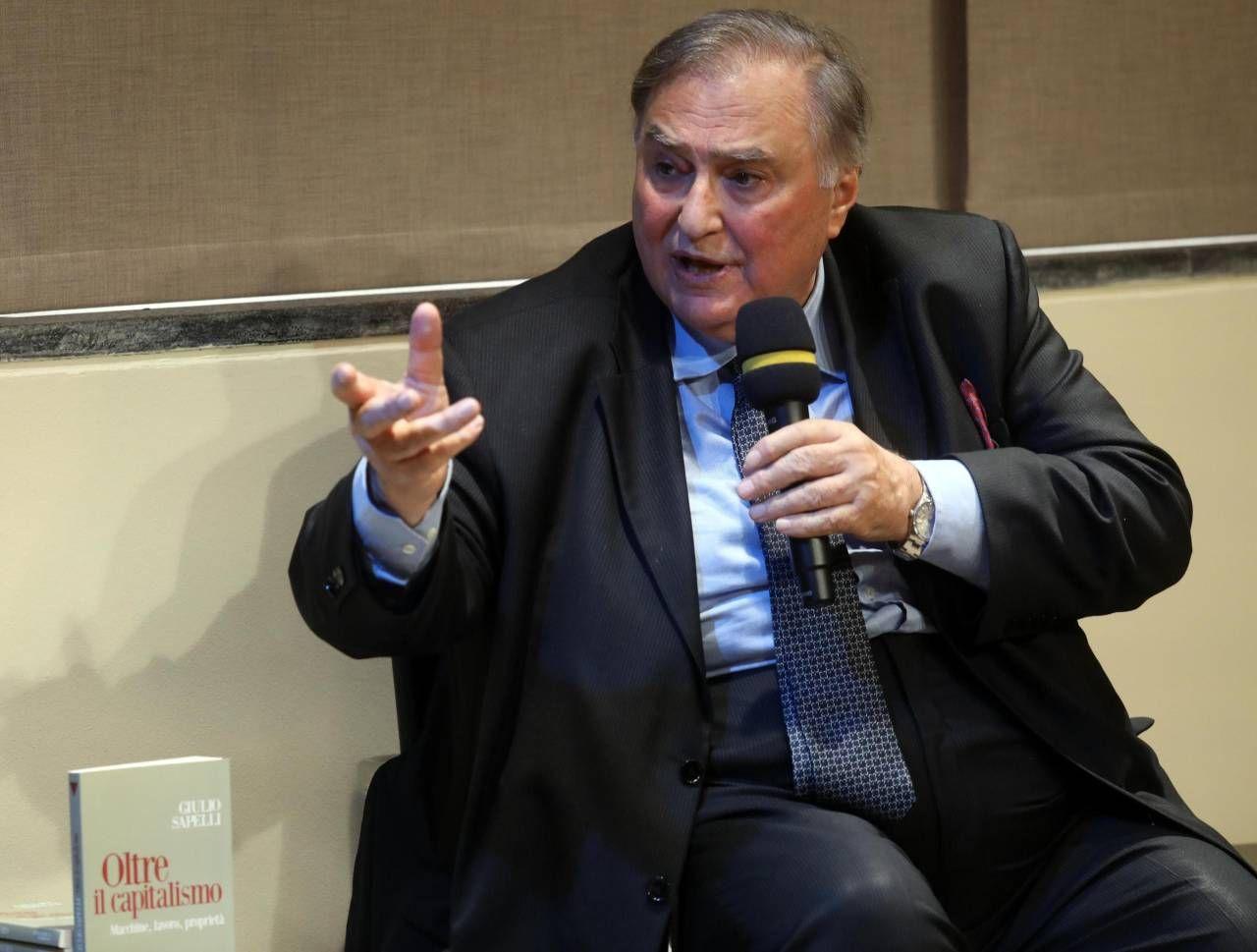 Giulio Sapelli, 73 anni, ha insegnato storia economica ed economia politica a Milano. . Molti suoi lavori sono tradotti in inglese, francese, spagnolo, tedesco, giapponese