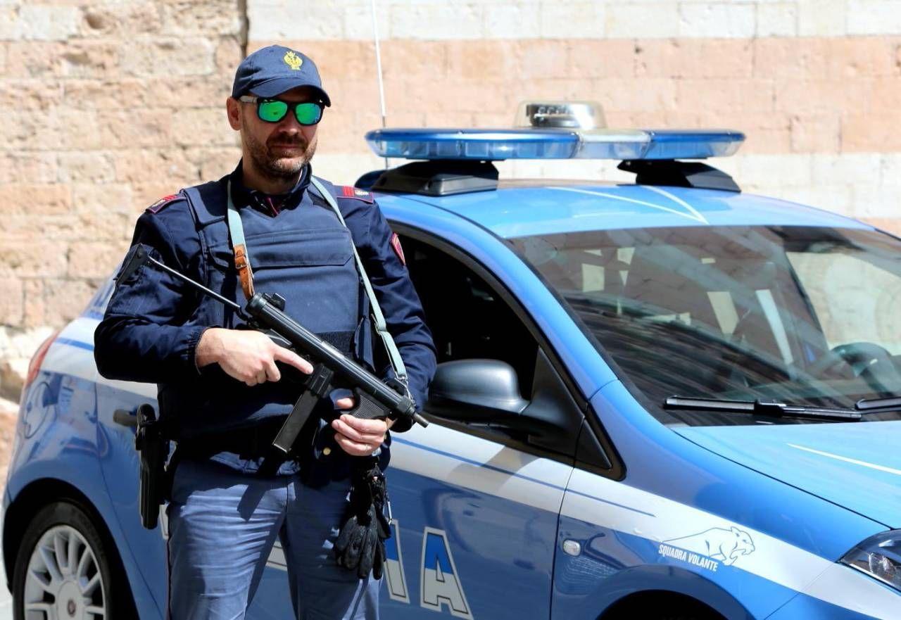 La polizia è intervenuta in via Del Papa con l'ausilio dei carabinieri (Foto d'archivio)