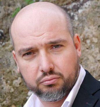 L'attore modenese 46enne Daniele Sirotti, titolare della scuola di teatro 'Blue Rose'