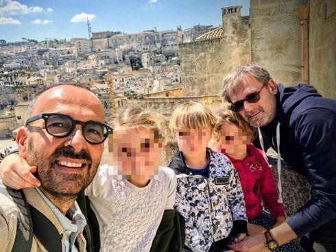 Andrea Rubera con i 3 bimbi adottati e il compagno Dario De Gregorio