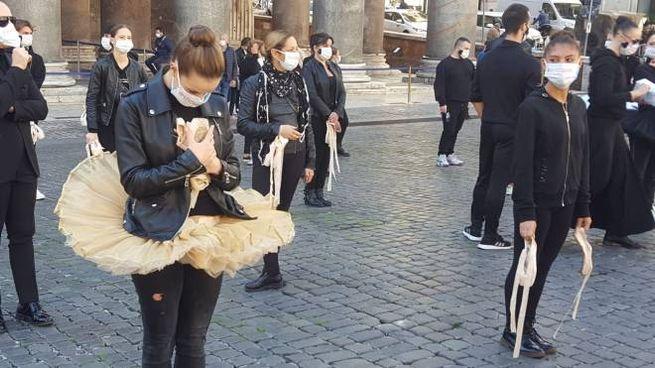 """La protesta delle ballerine: """"Non fermate la danza"""" (Dire)"""
