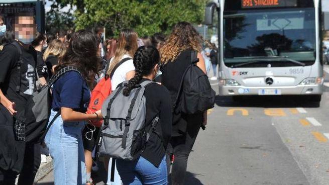 La fermata dell'autobus davanti al liceo Carducci