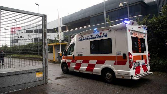 Un'ambulanza entra nell'ospedale Fiera Milano (Ansa)