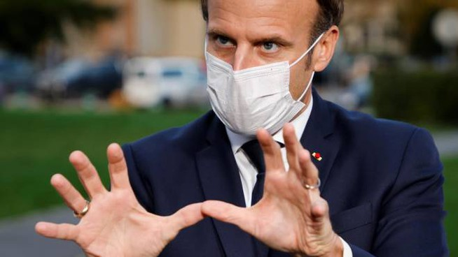Emmanuel Macron in visita in un ospedale vicino Parigi (Ansa)