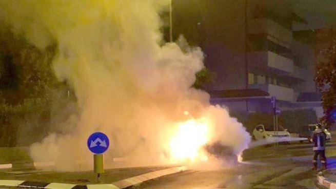Dalla macchina si sono sprigionate le fiamme appena dopo lo schianto