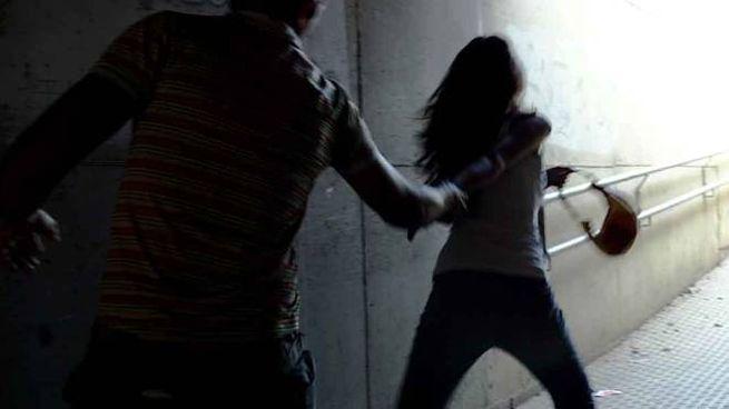L'uomo ha aggredito la donna sbattendola al muro