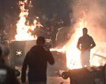 Cassonetti dati alle fiamme durante la notte di proteste e violenze nel capoluogo campano
