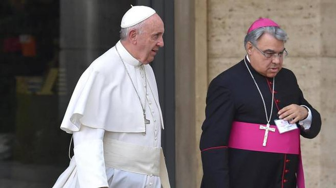 Pap Francesco con monsignor Marcello Semeraro (Ansa)